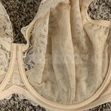 It's hard to see, but there is only 1 vertical seam, making this a 3-part bra.