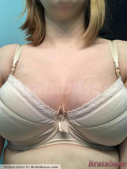 You can really see in this picture how the cups are collapsing at the wire.... I didn't realize it looked this bad. | 28H - Comexim » Basic Plunge Bra (170)